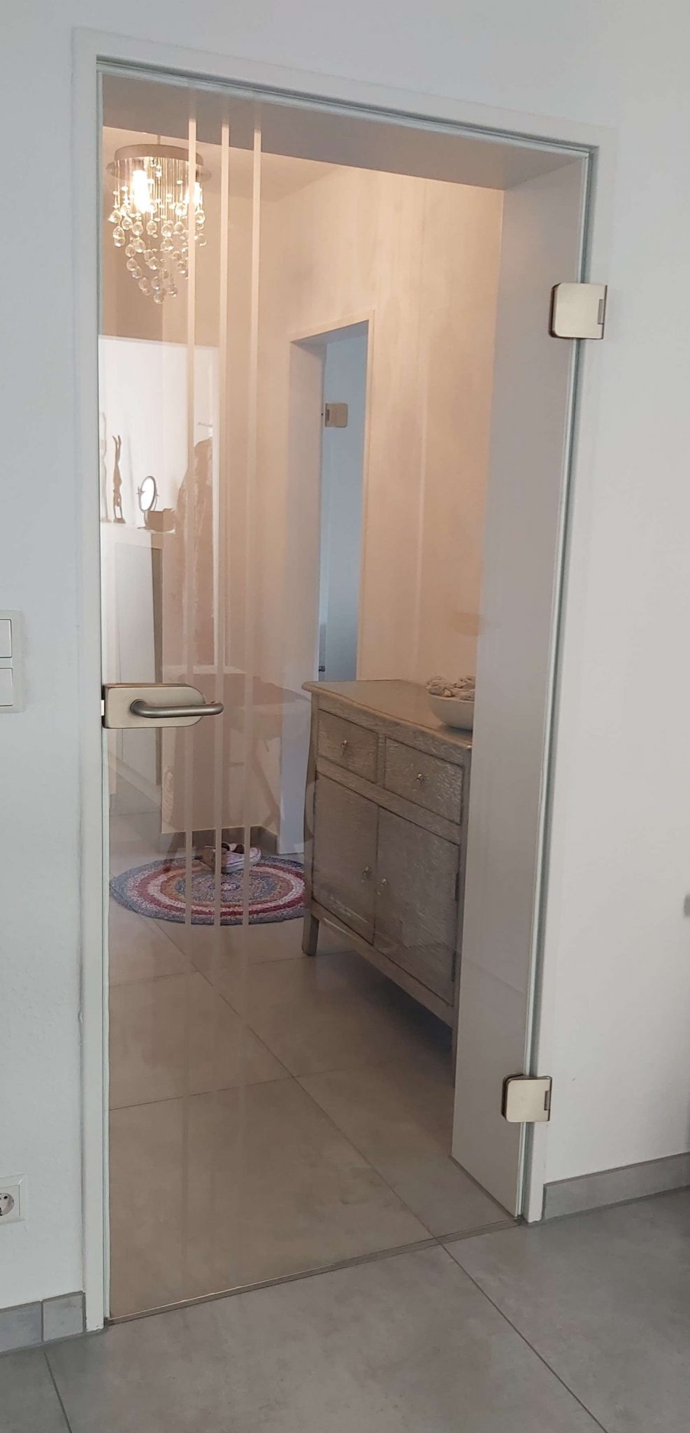 Glastür klar mit matten Streifen