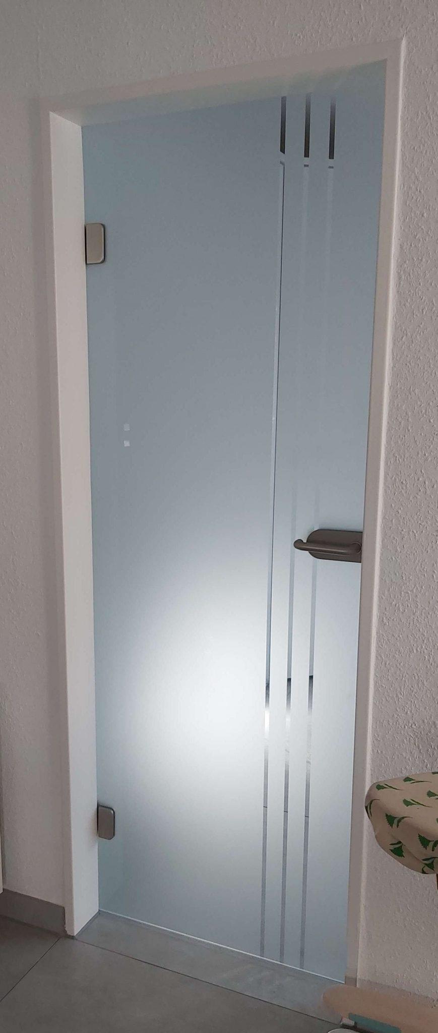 Glastür matt mit klaren Streifen